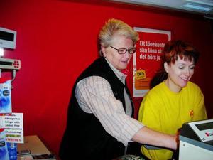 Anita Persson och Katarina Nilsson hjälps åt att lösa lite problem som uppstått i kassan.    Foto: Anita Näsberg