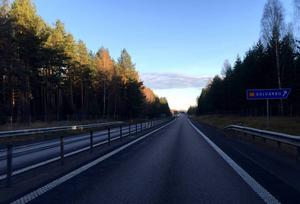 Signaturen Stig konstaterar att mitträcket mellan Borlänge och Säter syns dåligt vid mötande trafik i regn.