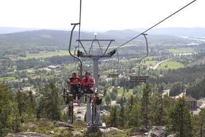 Det finns mycket att se från liften. Ljusdals-postens Madeleine Bengtsson och cykelcoachen Hanna Jonsson förbereder sig mentalt för att ta sig ner för berget.
