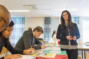 Nattaya Ramsoon och Alexander Börlin är två av flera elever på plats under sportlovsskolan. Rektor Ann-Catrine Karlsson hjälper till här och var och gläds åt det stora intresset.