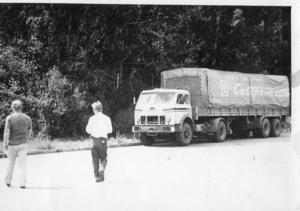 Så kallade TIR-lastbilar från öst användes för att spionera i Sverige. (TIR innebär att tullen inte får kolla bilarna.) Lastbilarna kunde siktas nära militära installationer, där det inte fanns någon annan logisk anledning att vara. Den här bilen är från Sovtransauto, en av de firmor som ofta förekom i samband med misstänkta bilar.