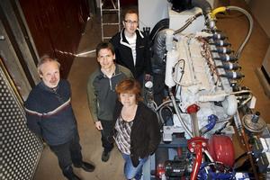 Gas till tusen. Omkring 400000 kilowattimmar el om året beräknas den nya gasmotorn på reningsverket producera. Runt motorn står Kristian Jarheim, som levererat motorn, Niklas Hasselwander chef för Hallsbergs VA-enhet, Marianne Christiansen, teknisk chef och Leif Silldén från företaget VA-ingenjörerna.