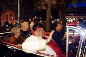 Foto: GUN WIGH Succe igen. Det var många som kom till Stortorget för att lyssna på Rock-Olga. Hon eskorterades fram till scenen i en svart Cadillac.