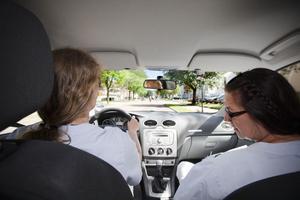 Birgitta Ölund och Sirpa Stefanius Kangas tar med sig det de behöver när de åker ut till sina patienter.