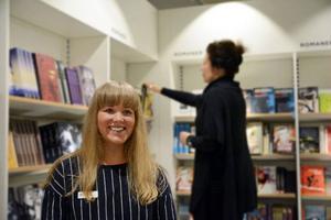 Joanna Kvarnström, som jobbar i butiken, läser helst verkliga skildringar. Just nu håller hon på med Jens Månvinges berättelse