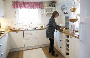 Här i köket i Nyhamn är nyrenoverat och rymmer mindre sällskap plats när Ann Christin ska hålla kurs i matlagning och kosthållning.