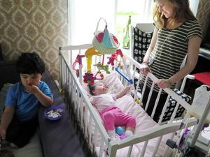 Storebror Zander pysslar med sitt medan mamma Ida tittar till Adina Rask.