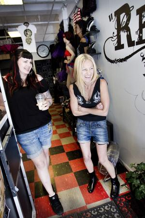 """Karin Nyman och Katta Stenbäck har jobbat tillsammans länge. Katta Stenbäck är piercare och har sin studio i samma lokal som Redrum. """"Jag var på festivalen förra året och det var underbart. Jag bara stannade upp och kände mig förälskad i Gävle."""""""