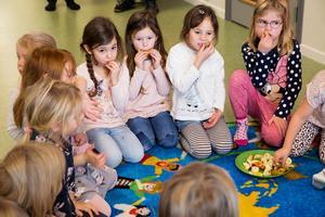 Flera av femåringarna ska senare gå i förskoleklass ihop i skolan. På Slättaskogen lär de känna varandra redan före skolstarten.