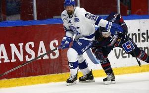 Joonas Rönnberg kämpar om pucken med Linköpings Eric Himelfarb.Foto: Stefan Jerrevång/ TT