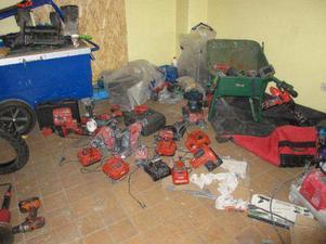 En del av stöldgodset, som det återfanns i garaget efter polisens husrannsakan 18 maj 2015.