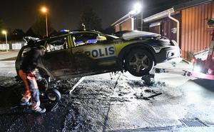 Malmö augusti 2016. Polispatrull rycker ut på lägenhetsbråk. Tio minuter senare får de larm om bilbrand i närheten, när de kommer ut ser de att deras bil brinner. En 17-åring är misstänkt för brandattentatet.