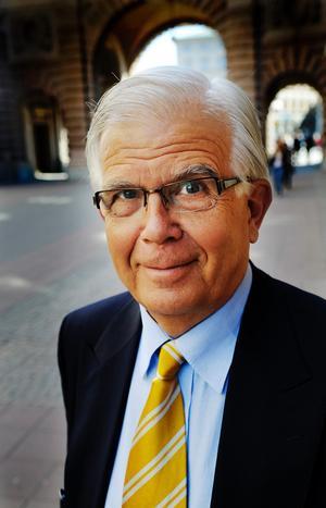 Lämnade KD för EU. En av de som har lämnat riksdagen är före detta KD-ledaren Alf Svensson. Han har gått till EU-parlamentet. En av anledningarna att så många politiker lämnar riksdagen för EU-parlamentet eller för kommun- eller landstingråd kan vara att en politiker där har större utrymme att påverka och utöva makt.