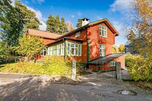 På Haraldsbovägen ligger en villa med fem rum som är renoverad i jugend-stil.