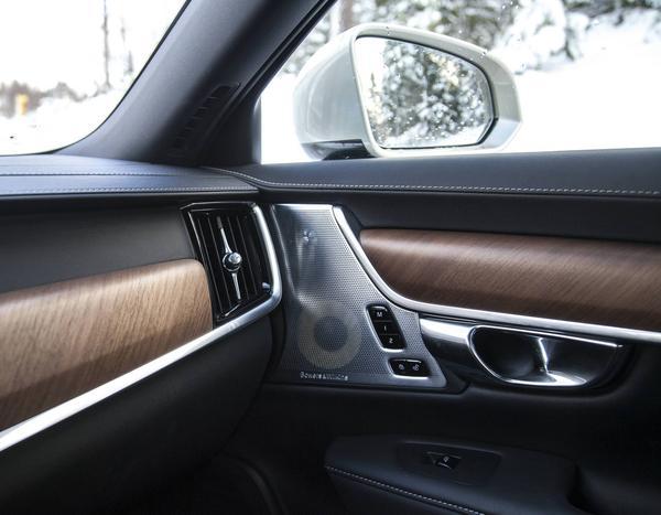 Inredningen andas lyx. Högtalarnas design och träinläggen har likheter med engelska lyxmärken och dyrare Mercedesmodeller.