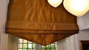 Siden ger en vacker struktur åt gardiner. Här en hissgardin som går i stil med taklampan.
