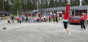 Glädjejubel i Trönö. Kurirens tävling mot byarna har varit en liten publikfest, med åtminstone 50 personer som kommit för att titta på tävlingarna.