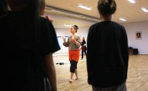 Dansaren Maud Karlsson lär ut olika improvisationsövningar som ska ge deltagarna nya redskap när det är dags för dem att skapa sina egna danser.