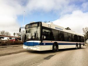 Buss 21 i Skultuna stoppades på måndagsmorgonen. Polisen kontrollerade en person som misstänktes vara den förrymda mördaren.