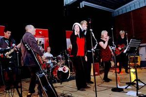 ÖS. Läraren Rick Taub, Lisa Persson och flera elever på estetiska programmet öser loss under julshowen i Möbeln.