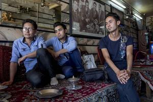 Mohsen Rezai, längst till vänster, har vuxit upp som afghansk flykting i Iran. Här diskuterar han en möjlig framtid i Europa med Ali Rezai och Mahmoud Rezai.
