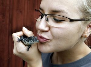 Anna Bucaek är praktikant på Frösö Zoo. Hon tycker att de nyfödda krokodilerna är jättesöta.