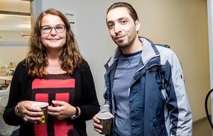 Merja Parviainen, projektledare från  Länsstyrelsen Gävleborg tillsammans med praktikplatssökande Rami Al Refai.