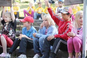 Barnen från de olika fritidshemmen i Edsbyn följde med intresse Kid Magic, Daniel Henrikssons trolleritricks på scenen.
