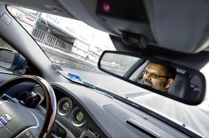 Miljöbil förstås. Landshövdingens bil är nästan som ett tjänsterum säger chauffören David Edgren.