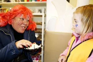 SMARRIG TÅRTA. Pippi Lång-strump, hon behöver ingen sked, hon äter tårta med händerna. Ida Sjöstrand tittar förundrat på.