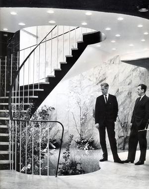 12 februari 1964. Specialutformad ask-inredning för dryg miljon i hotellflygeln. Dekorativt och effektfullt är vatten- och blomsterarrangemang i hotellvestibulen och ett vackert trapparrangemang i svart och vit marmor kompletterar bilden. Här beundras anordningen av Sara-männen ingenjör L.O Holm , t v, och inspektör F Rongert.