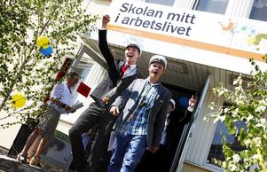 Elevrådet på Gävle praktiska gymnasium ordnade utsparken för årets 54 avgångselever. Först ut att lämna skolan för allra sista gången var Jim Hanssen och hans klasskompisar från vvs industri och fastighet.