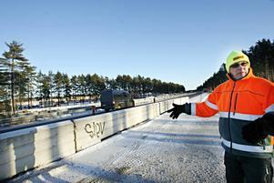 Christer Asp visar hur trafiken ska ledas om under tunnelbygget.