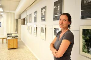 Monique Van Gerwen är en av de fem lokala fotografer som ställer ut och säljer sina verk på Blå Soffan i Kopparberg. Hon tar främst naturbilder, eftersom hon har en stor passion för naturen i Bergslagen.