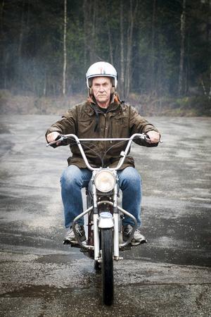 Björn Åberg är ordförande i Njurunda Classic Moppe. Här kör han en Crescent E-type.