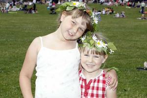 Systrarna Elly och Elvira Woldert hade fina kransar med sig till Djäkneberget.