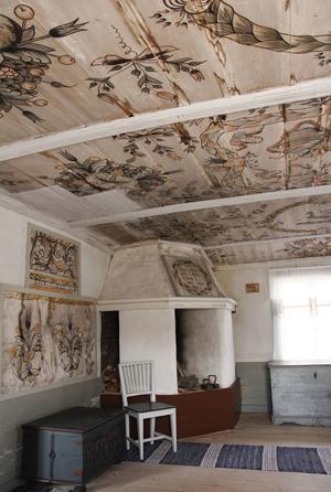 Det finns vackra vägg- och takmålningar i flera av husen.