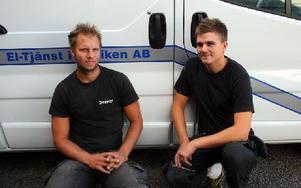 Mattias Jansson och Johan Staffansson framför en av de uppbrutna bilarna. Vid handtaget syns hålet som tjuvarna tagit upp med ett vasst föremål. Foto: Håkan Eriksson