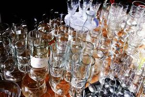 Glas i alla de former är vanliga på alla loppisar.