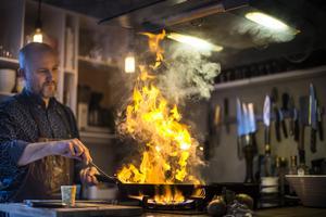 Niklas Edgren hemma i köket i Kumla där han gärna flamberar. Den här veckan avgörs om han går vidare till semifinal i tävlingen Årets kock. Tillsammans med ett team från sin arbetsplats blev han nyligen silvermedaljör i matlagnings OS.