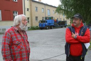 Vid sjutiden anlände ett för vana marknadsbesökare känt ansikte, nämligen Vildhasse. På bilden också Börje Wiklund, en av arrangörerna.