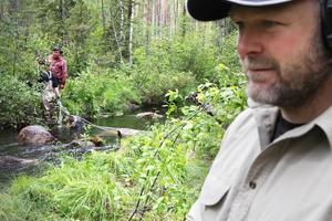 Stenbumlingar dras ner för hand i vattendraget.   – Det handlar bland annat om att få ner vattenhastigheten och skapa gömslen för fisk. Detta skapar möjlighet till större produktion – såsom fler antal insekter – vilket ger mer mat till fisken. Detta ger förhoppningsvis mer fisk för oss att fiska, berättar Pierre Samuelsson.