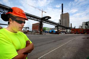 I dag höll arbetarna vid bygget av den nya pannan på Korsnäs en tyst minut för att hedra de tre personer som har dött på byggarbetsplatser i Sverige den senaste månaden. När Arbetarbladet väl fick komma in på området var manifestationen över. På bilden syns lagbasen Daniel Palm.
