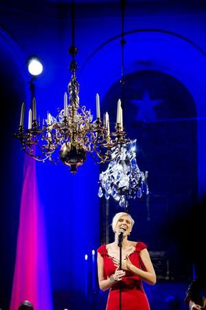 Sanna Nielsen är precis så god och glittrande som vi vill att julen ska vara under sitt framträdande i Hille kyrka på lördagskvällen.