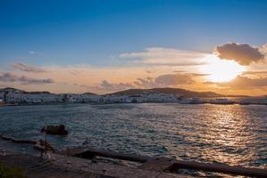 När solen går ner över en grekisk strand är det läge att hålla hand.