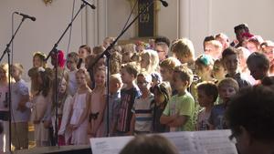 Årskurs två och tre sjöng i Skinnskattebergs kyrka.