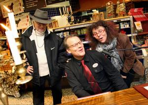 Curt Johnsson ska ge Lars Berghagen en match och värmer här upp tillsammans med Therese Juel vid pianot i butiken.Foto: Bengteric Gerhardsson