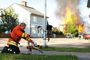 Räddningstjänsten fick använda flera vattenposter runt huset som brann.