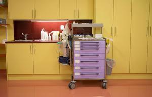 Skandionkliniken är ingen vanlig sjukhusmiljö. Överallt har man inrett med glada färger. Det här är från narkosrummet där små barn sövs inför strålningen.