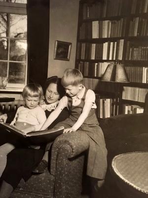 Högläsningens betydelse i Djursholmshemmet. Mamma läser för två av bröderna Attorps, året är 1943.